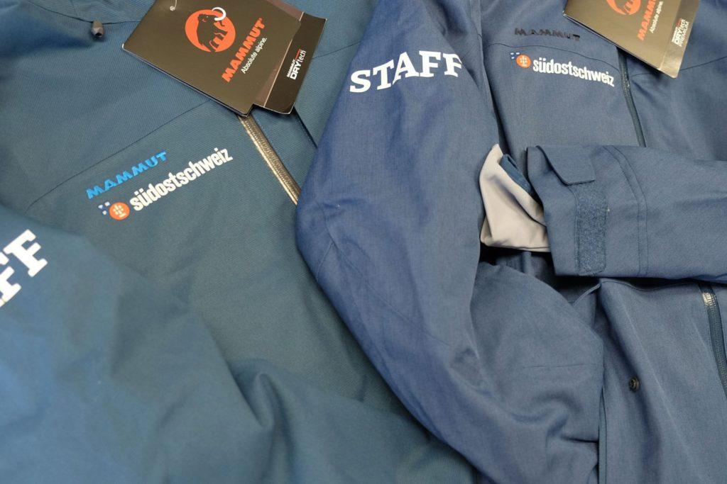 Nahaufnahme von Mammut Skijacken für Radio Südostschweiz mit vielfältigem Textildruck verredeln