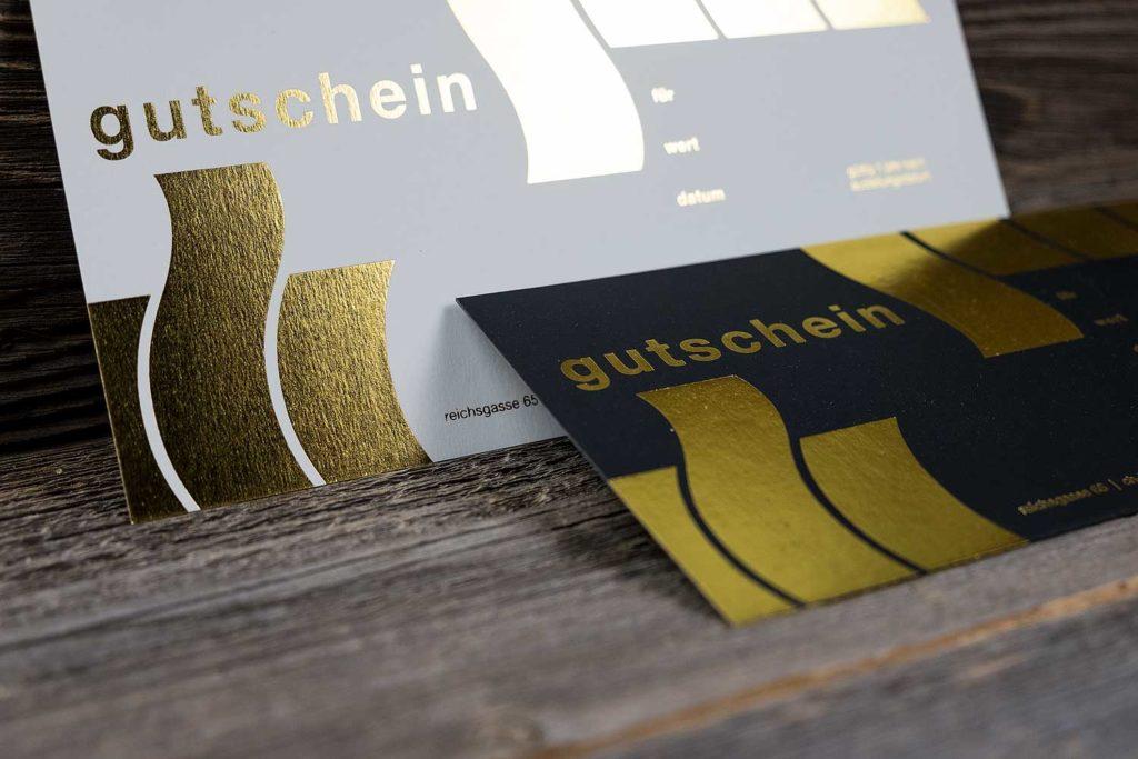 Gutscheine mit Goldfoliendruck auf einem Kunstlederpapier für Planet Hair, Chur