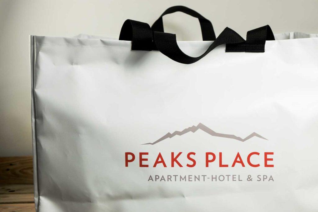 Custom Handgemachte Riesentaschen für das Peaks Place in Laax
