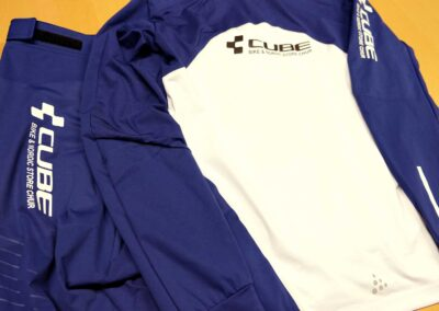 Langlaufbekleidung aus dehnbarem Material mit einer speziellen Textil Druckfolie für Cube Store, Chur