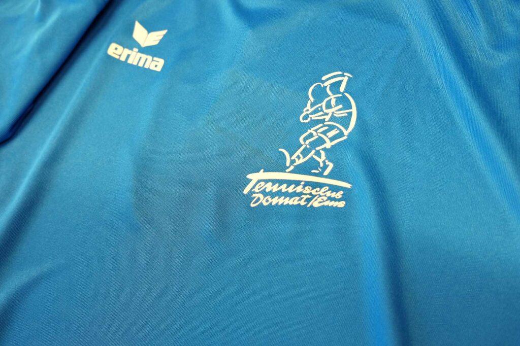 Druck des Logos auf Sportkleidern von Erima für den Tennisclub Domat / Ems