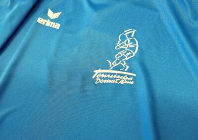 Logos auf Sportkleidern von Erima für den Tennisclub Domat / Ems