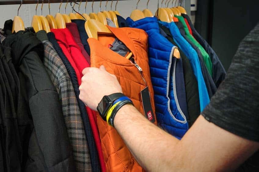 Jacken, Vesten und Sweatshirts auswählen und bereitstellen für den Ausverkauf.