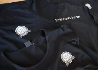 Textildruck auf T-Shirts und Pullis für die Brennerei Gubser aus Felsberg